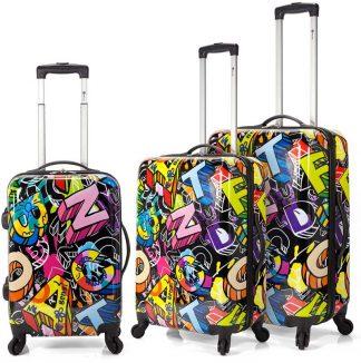 Vista de un juego de 3 maletas estampadas con letras en diferentes formas y colores